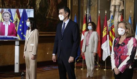 Sánchez, ahir, en la conferència de presidents amb Von der Leyen seguint la sessió telemàticament.