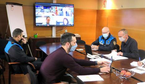 Reunió telemàtica ahir entre l'alcalde, Miquel Pueyo, i el conseller d'Interior, Miquel Sàmper.