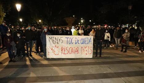 """Manifestació contra """"la privació de drets""""  - Desenes de persones es van manifestar ahir davant la subdelegació del Govern espanyol a Lleida per criticar el toc de queda i la privació de drets que suposa el nou decret d'estat d'alarma.  ..."""