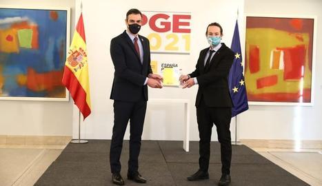 El president del Govern espanyol, Pedro Sánchez, i el vicepresident segon i ministre de Drets Socials i Agenda 2030, Pablo Iglesias, durant un acte de presentació ala Moncloa de les claus de l'avantprojecte de llei dels Pressupostos Generals de l'Estat (PGE) per al 2021.