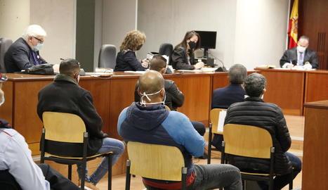 Quatre dels sis acusats de traficar amb drogues, al judici celebrat a l'Audiència de Lleida aquest dimecres.