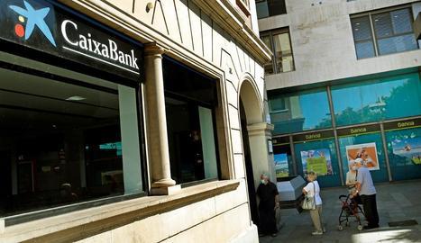 Una oficina de CaixaBank al costat d'una de Bankia a Barcelona.