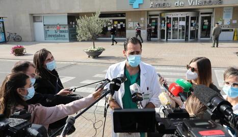Morales va atendre ahir els mitjans a les portes de l'Arnau.