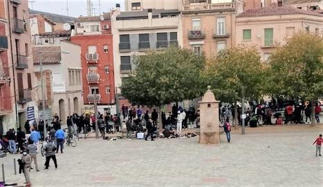 Persones concentrades a la plaça del Dipòsit de Lleida.