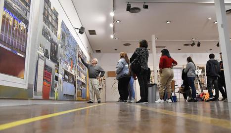 L'artista lleidatà, comentant les seues obres a l'exposició del Col·legi d'Arquitectes d'Almeria.