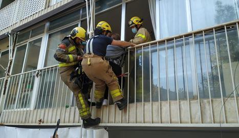 Atrapada en un balcó per voler auxiliar la seua mare després de caure