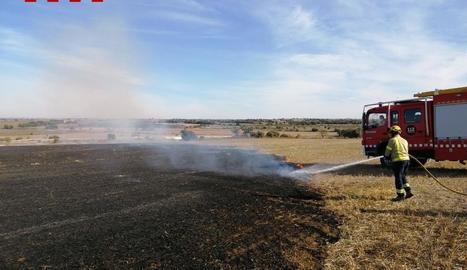 En l'extinció del foc van participar tres dotacions.