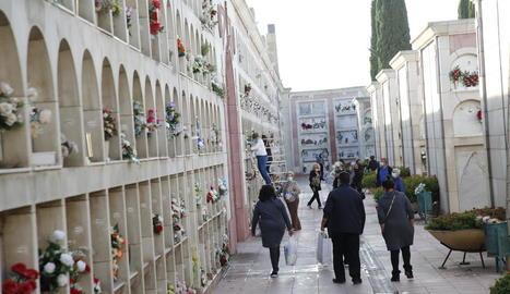El cementiri de Lleida va registrar ahir nombrosos visitants, el dia abans que es requereixi cita prèvia.