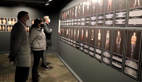 El president de la Diputació, Joan Talarn, va visitar ahir l'exposició 'Construccions identitàries'.
