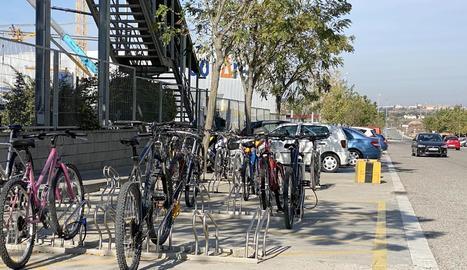Bicicletes a l'aparcament de BonÀrea de Guissona.