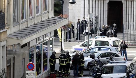 Policies i bombers davant la basílica de Nostra Senyora, al centre de la ciutat de Niça.