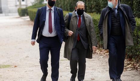 Francisco Martínez, a l'esquerra, ahir amb els seus advocats.