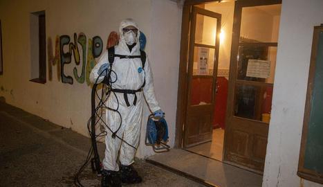 Una empresa especialitzada va desinfectar amb nebulitzador l'escola i la llar d'infants de Sant Martí.