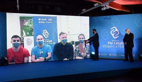 L'entrega virtual del premi als membres de la Secció Esportiva Escolar de l'escola Riu Segre.