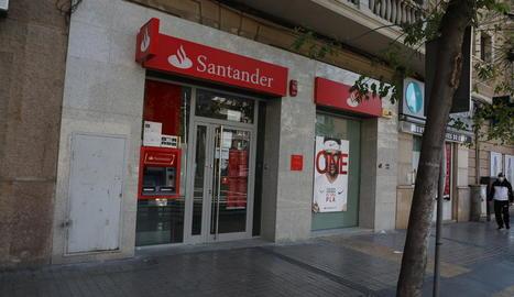 El jove va amenaçar els treballadors d'aquesta sucursal del Banc Santander, situada a Prat de la Riba.