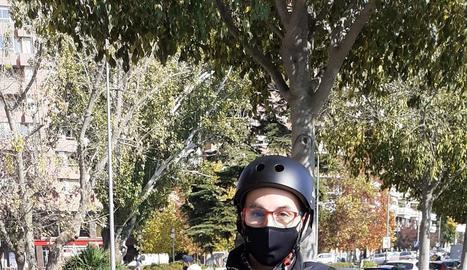 Un patinet a la calçada de la rambla Pardinyes, nova zona 30 igual que la rambla Ferran, on els ciclistes prefereixen el passeig central.