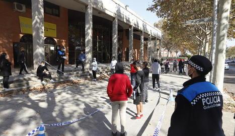 Alumnes esperant per fer-se la prova al pavelló Onze de Setembre de Lleida.