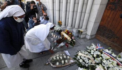 Flors a la porta de l'església de Niça per recordar les víctimes.