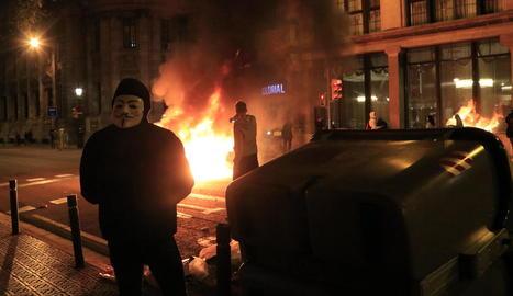 Contenidor cremant a Barcelona, ahir, durant una protesta de negacionistes del coronavirus.