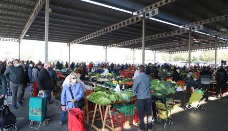 Les restriccions per la Covid-19 deixen menys compradors al mercat de Pardinyes però els paradistes celebren poder vendre