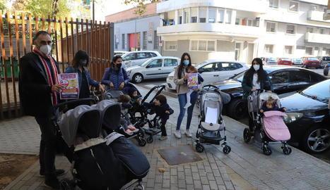 Alguns dels pares i mares mobilitzats contra la pujada de la quota de les guarderies municipals.