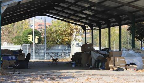 Barraques de cartró als voltants dels Camps Elisis, a prop del pavelló, ahir al matí.