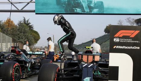 Valtteri Bottas salta del seu monoplaça a l'aconseguir ahir la 'pole'.
