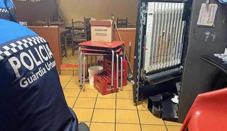 Els lladres van forçar la màquina expenedora de tabac.