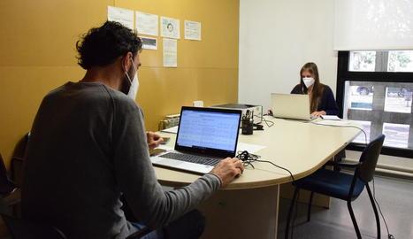 Els gestors Covid treballen des d'una oficina al centre cívic El Passeig de la Seu.