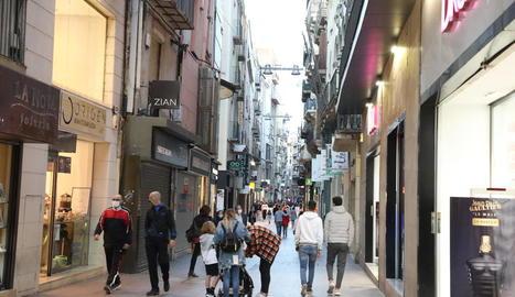 L'Eix Comercial de Lleida, ahir a la tarda, amb menys gent del que és habitual un dissabte.