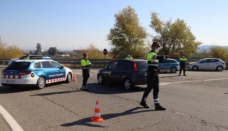 Imatge del control de mobilitat de Mossos ahir al migdia a l'entrada a l'AP-2 des de Soses.
