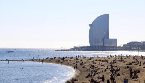 La Barceloneta, ahir, plena de barcelonins pel confinament.