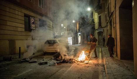 Barricada en flames en un carrer de Barcelona, divendres.