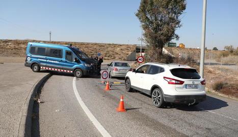 Un control dels Mossos a Alcarràs divendres passat, quan va entrar en vigor el confinament municipal de cap de setmana.