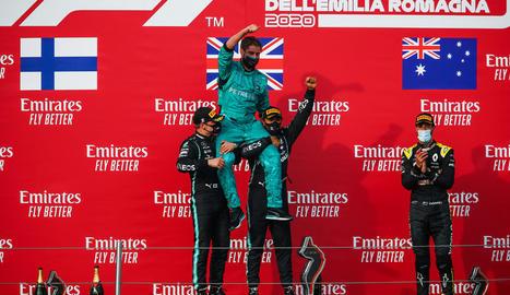 Els pilots de Mercedes celebren el títol amb Toto Wolff.
