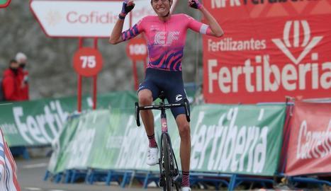 Hugh Carthy celebra el triomf d'etapa a l'alt de l'Angliru.