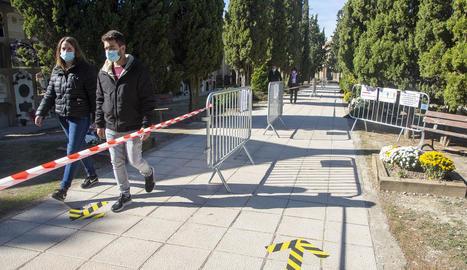 El cementiri de Mollerussa va registrar durant tota la jornada un degoteig constant de visitants, encara que sense aglomeracions.