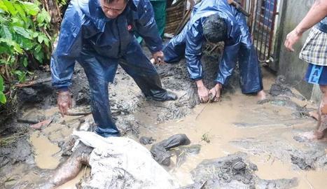 Rescat d'una víctima de Goni, ahir, a la regió filipina d'Albay.