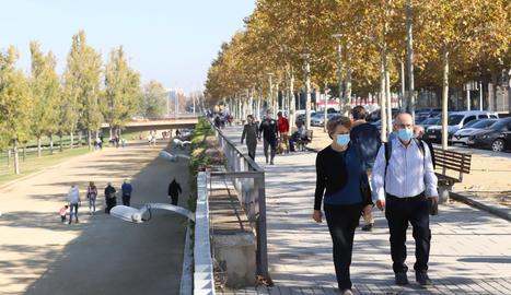 La canalització del riu Segre a Lleida, plena de gent