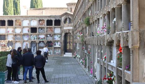 Una festividad de Todos los Santos diferente en el cementerio de Lleida