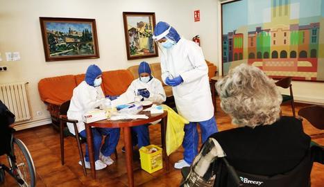Imatge d'un test a la residència Sant Domènec de Balaguer al maig.