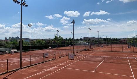 Imatge de pistes de tenis buides al Club Tennis Urgell.