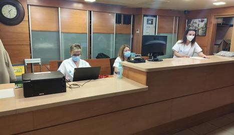 Personal sanitari, ahir a la recepció de l'hotel Nastasi.