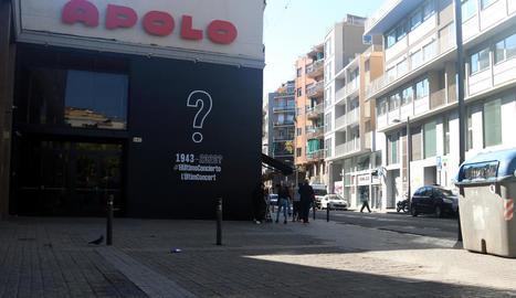 Cartell reivindicatiu a la façana de la Sala Apolo de Barcelona.
