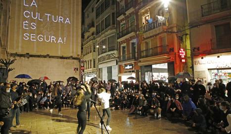 Música i 'street dance' van amenitzar la concentració a la plaça Paeria amb el lema 'la cultura és segura'.