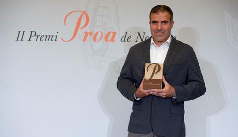 L'escriptor de Saidí Francesc Serés va rebre ahir el Premi Proa de novel·la per l'obra 'La casa de foc'.