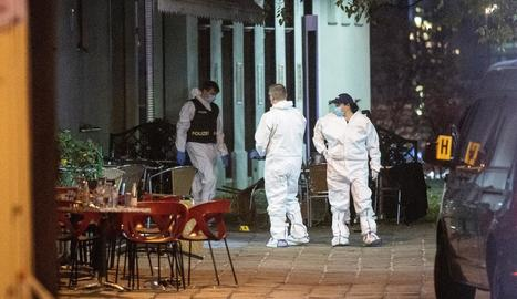 Policies científics austríacs obtenint proves a la zona on van succeir els atacs.