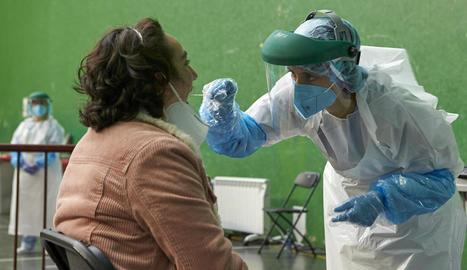 Una dona se sotmet a una prova a la localitat basca d'Ermua.