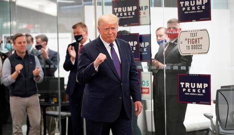 Trump intentava donar imatge de guanyador i Biden preferia difondre una foto amb la seua mà dreta, Kamala Harris.