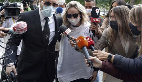 La esposa de Josep Maria Mainat, Angela Dobrowolski, acompañada por su abogado Jorge Albertini (i), antes de su comparecencia ante el juez, la semana pasada.